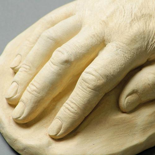 Erinnerung an Verstorbene: z. B. eine Gipshand