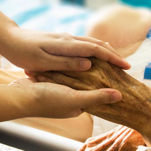Hospizarbeit ist Hilfe in der letzten Lebenszeit: Hände berühren sich.