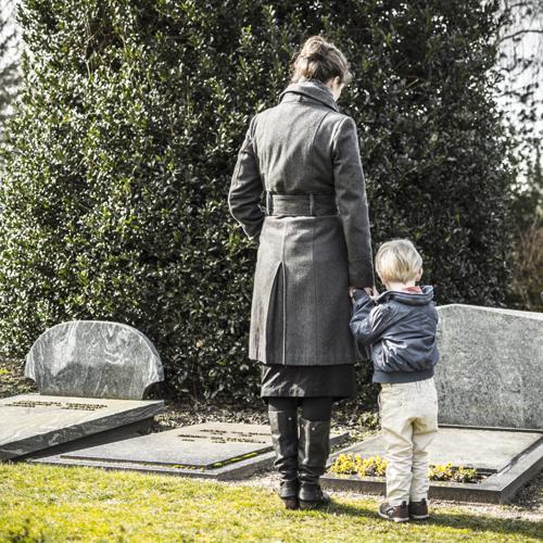 Trauerbegleitung leisten Angehörige, Freunde oder Bekannte ebenso wie professionelle Helfer.