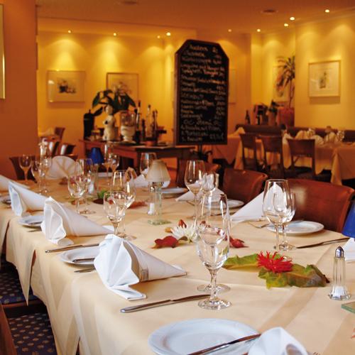 Gedeckter Tisch für das Trauermahl in einem Restaurant